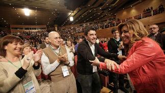 Susana Díaz saluda a Mario Jiménez.  Foto: L. Rivas