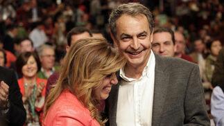 Susana Díaz abraza a Zapatero tras la intervención de éste.  Foto: L. Rivas