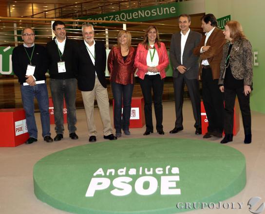 La presidenta de la Junta y nueva líder del PSOE-A, Susana Díaz (4-d), junto a José Antonio Griñán (3-i), José Luis Rodríguez Zapatero (3-d); la vicesecretaria nacional del partido, Elena Valenciano (4-i); el presidente del Principado de Asturias,Javier Fernández (2-d); el vicesecretario general del PSOE-A, Mario Jiménez (2-i); el secretario de Organización, Juan Cornejo (i), y la presidenta, Amparo Rubiales (d).  Foto: L. Rivas
