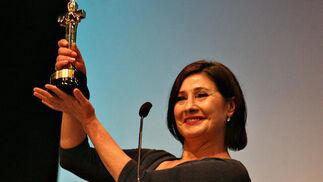 La actriz Susana Salazar levanta el Colón de Oro por 'Workers'.  Foto: A.Dominguez/J.Correa