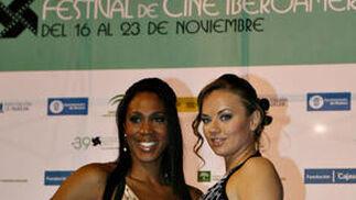 Las jugadoras del CB Conquero de baloncesto, Cindy Lima y Claudia Pop, presentadoras.  Foto: A.Dominguez/J.Correa