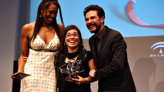 La jugadora Cindy Lima y el actor José Manuel Seda, con la directora venezolana Claudia Pinto, ganadora del premio del público por 'La distancia más larga'.  Foto: A.Dominguez/J.Correa