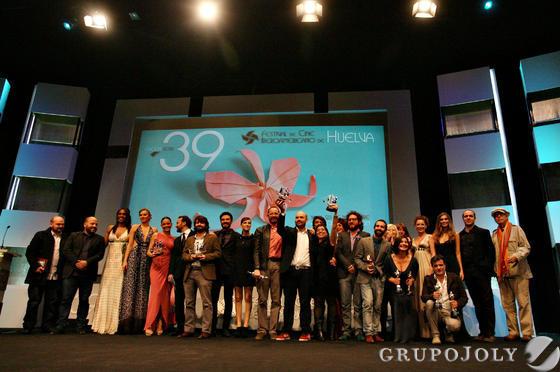 Foto de familia de los premiados junto a los presentadores, al término de la ceremonia de clausura celebrada anoche en la Casa Colón y retransmitida por TVE.  Foto: A.Dominguez/J.Correa