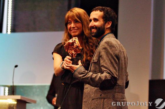 Pablo Remón recoge el Premio SGAE de Guión de manos de Inés París.  Foto: A.Dominguez/J.Correa