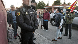El etarra Fernández Larrinoa sale de la prisión de Puerto I.   Foto: Fito Carreto