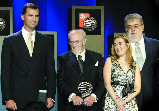 Acompañado del entonces Príncipe de Asturias en la entrega del Planeta a Álvaro Pombo y Marta Rivera de la Cruz, en 2006./ Efe