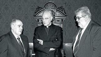 Con el ex presidente de Cajasur, Miguel Castillejo, y monseñor Amigo, en 2002./ Efe