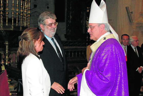 Emocionado en el funeral por su padre, José Manuel Lara Hernández, en la Catedral de Sevilla en 2003./ Juan Carlos Vázquez