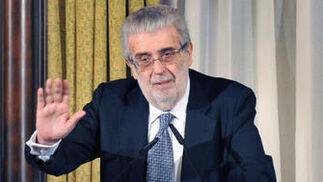 Lara pronuncia su discurso en la entrega del II Premio Manuel Clavero./ Juan Carlos Vázquez