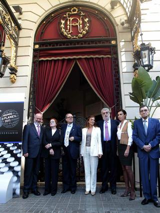 José Manuel Lara flanqueado por el jurado del Premio Planeta de 2011, de izquierda a derecha, Juan Eslava Galán, Rosa Regás, Pere Gimferrer, Ángeles Caso, Carmen Posadas y Carlos Pujol.