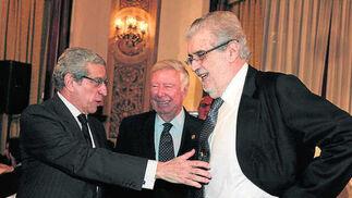 Con Braulio Medel, presidente de Unicaja, y José Luis García Palacios, presidente de la Fundación Caja Rural del Sur, en la entrega del Premio Manuel Clavero 2013./ A.Pizarro