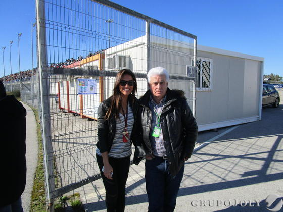 Lara Álvarez con el padre del piloto Fernando Alonso.   Foto: Ignacio Casas de Cirio