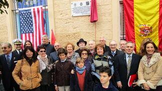 El presidente del Ateneo, Ignacio Moreno y los miembros del Ateneo con Teresa Grosso Fernández de la Puente y sus familiares, propietaria actual de la casa natal del general Meade.