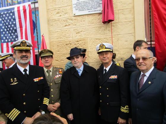 Vicente Ortells, Fernando Caballero, el presidente del Ateneo, Ignacio Moreno, el almirante Santiago González Gómez y Jaime Rocha, tras el descubrimiento de la placa en la plaza de España.
