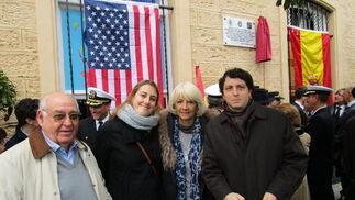 Juan Manuel Fornell, Cristina Manjón, la alcaldesa de Cádiz, Teófila Martínez, y Alfredo Alonso, tras el descubrimiento de la placa.
