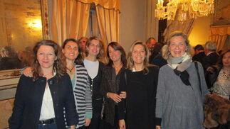 Iraida Domecq, Teresa Mencos, Belén Quintanar, Ainhoa Boville, Prado Buendía y Lucía Velasco, tras la presentación del libro sobre Cayetano Valdés.