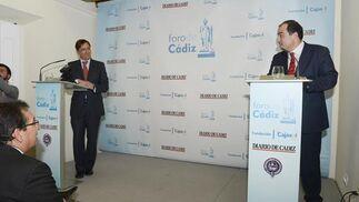 Manuel Estrella responde a las preguntas de los asistentes en un debate moderado por el director de Diario de Cádiz, David Fernández. / Joaquín Hernández 'Kiki'