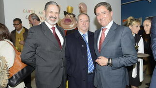 El subdelegado de Defensa, Vicente Pablo Ortells, el empresario Manuel Gutiérrez, de Muebles Briole, y Manuel Estrella. / Joaquín Hernández 'Kiki'