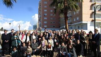 Descendientes de Diego de Alvear y Ponce de León, en su mayoría procedente de Jerez de la Frontera, Sevilla, Málaga, Madrid y Zaragoza, que acudieron a  la inauguración del busto realizado por el escultor Fernando Montero de Espinosa, frente al Castillo de Santa Catalina en Cádiz.