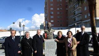 El teniente de alcaldesa José Blas Fernández con los tataranietos del homenajeado Álvaro, María Antonia, Carmen, Asunción y José Ramón de Alvear.