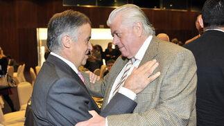 El notario Antonio Ojeda saluda al abogado Fernando Yélamos.  Foto: Belén Vargas/Juan Carlos Vázquez