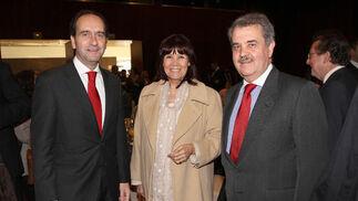 Alberto Delgado; Micaela Navarro, presidenta del PSOE, y José Atalaya, de Banco Santander.  Foto: Belén Vargas/Juan Carlos Vázquez