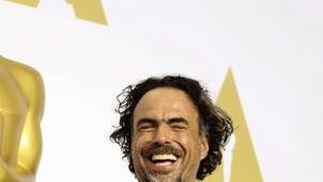 El cineasta Alejandro González Iñárritu posa sonriente con las estatuillas que ha conseguido 'Birdman'.  Foto: EFE