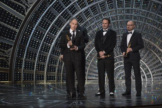 Paul Franklin, Andrew Lockley e Ian Hunter con su estatuilla por Mejores efectos especiales por 'Interstellar'.  Foto: EFE