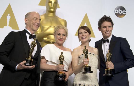 JK Simmons (mejor actor de reparto por 'Whiplash'), Patricia Arquette (mejor actriz secundaria por 'Boyhood'), Julianne Moore (mejor actriz por 'Siempre Alice') y Eddie Redmayne (mejor actior por 'La teoría del todo') con sus estatuillas.  Foto: EFE