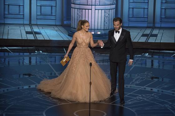 Jennifer López y Chris Pine durante la gala.  Foto: EFE