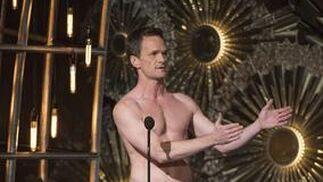 Neil Patrick Harris puso el punto de humor a la noche poniéndose en calzoncillos como en la película 'Birdman'.  Foto: EFE