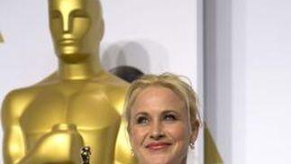 Patricia Arquette con su premio por Mejor actriz secundaria por 'Boyhood'.  Foto: EFE