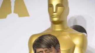 Tom Cross besa su estatuilla del Mejor mobtaje por 'Whiplash'.  Foto: EFE