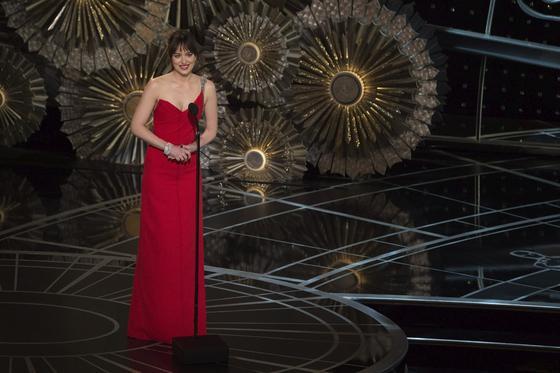 La actriz del momento, Dakota Johnson, durante la gala.  Foto: EFE