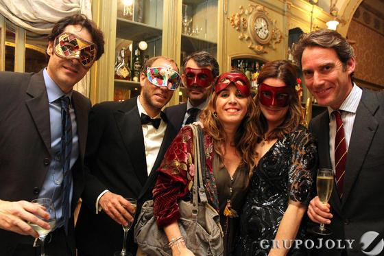 El empresario Cayetano de la Serna, Ernesto Sarrion, Jesús Gómez Salas, la fotógrafa Ana de la Serna, Erika Cordes y Adolfo Muñiz , durante la fiesta de máscaras en el Café Royalty.