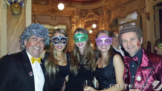 Fernando Estrella, Cristina Fernández de Oca, Alejandra Ochoa, Macarena Martín Candau y Carlos Sanz, durante el festejo carnavalesco.