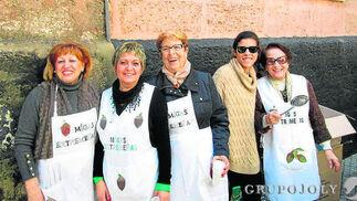 Emi Santos, Isabel María Cordero, Fina Sánchez, Maria Llamas y Josefa Melero, durante el reparto de las migas.