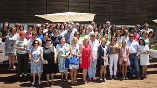 Charo Gómez Rivas en las escalinatas del Hotel Atlántico, rodeada del grupo de compañeros y familiares que acudieron al homenaje sorpresa que organizaron con motivo de su jubilación, tras ejercer su actividad profesional desde el año 1974 como bibliotecaria de la Universidad de Cádiz.  Foto: Ignacio Casas de Ciria
