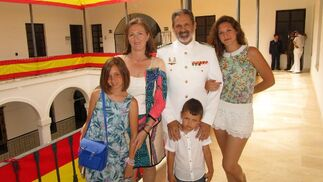 Vicente Ortells con su mujer Lucía Gutiérrez Cotarelo, su hija Rocío Ortells y sus nietos Cristina y Guillermo Ortells.   Foto: Ignacio Casas de Ciria