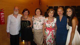 Luis Álvarez, la premiada Cristina Romero, Ana Romero, Elisa Mariscal y Violeta Ramírez, tras la entrega de premios.  Foto: Ignacio Casas de Ciria