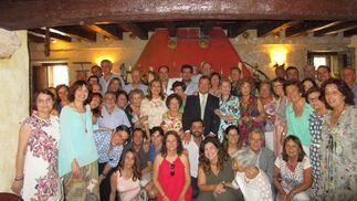 El homenajeado Servando Pantoja Rosso, rodeado del grupo de compañeros y familiares, que acudieron a la celebración de la comida, con motivo de su jubilación, tras ejercer el cargo de jefe de la Unidad de Cuidadados Intensivos, pediátrica, del Hospistal Universitario Puerta del Mar.  Foto: Ignacio Casas de Ciria