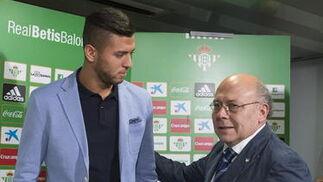La imágenes de la presentación de Tarek como nuevo jugador del Betis  Foto: Antonio Pizarro