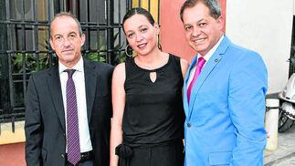 Javier Segovia, director general de Hidralia; Lorena García, directiva de Hidralia, y Carlos Irigoyen, gerente de la Asociación de Abastecimientos y Saneamientos de Aguas de Andalucía.  Foto: VICTORIA HIDALGO / JUAN CARLOS VAZQUEZ