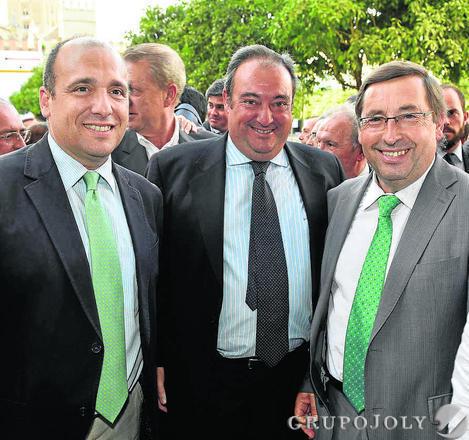 José Luis Gómez Boza, consejero de Unicaja; Tomás Valiente y Ángel Fernández Noriega, director de la Secretaría General de Unicaja.   Foto: VICTORIA HIDALGO / JUAN CARLOS VAZQUEZ