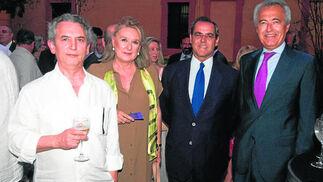 Alonso Riejos; Lola Cano, jefa del gabinete del presidente de Unicaja; Jerónimo Rodríguez, director de Negocio Inmobiliario Corporativo de Unicaja; y el notario Pablo Gutiérrez-Alviz.  Foto: VICTORIA HIDALGO / JUAN CARLOS VAZQUEZ