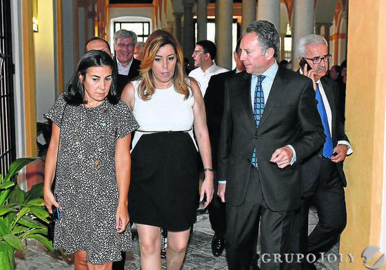 María Jesús Almazor, directora del Territorio Sur de Telefónica, Susana Díaz y José Joly.  Foto: VICTORIA HIDALGO / JUAN CARLOS VAZQUEZ