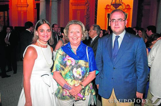 La notario Amalia Cardenete, la historiadora Enriqueta Vila y Carlos Navarro Antolín, redactor jefe de 'Diario de Sevilla'.   Foto: VICTORIA HIDALGO / JUAN CARLOS VAZQUEZ