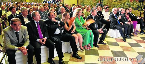 Un aspecto del Salón de Tapices del Alcázar, durante la presentación del 'Anuario Joly Andalucía'.  Foto: VICTORIA HIDALGO / JUAN CARLOS VAZQUEZ