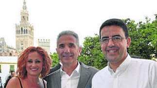 Regina Cuenca; Miguel Ángel Vázquez, portavoz de la Junta de Andalucía; y Mario Jiménez, portavoz del Grupo Socialista en el Parlamento de Andalucía.  Foto: VICTORIA HIDALGO / JUAN CARLOS VAZQUEZ