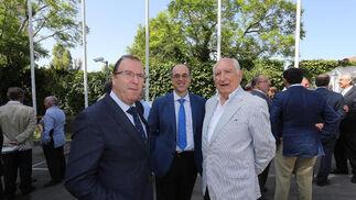 Juan Núñez, representante de la CEC en Jerez, José Manuel Perea, secretario de la Cámara de Comercio de Jerez, y Ángel Zamorano, presidente de la asociación de estaciones de servicio.  Foto: Pascual